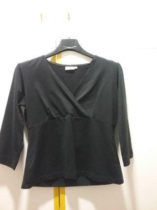 Camiseta negra cuello pico manga francesa