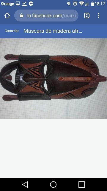 Máscara de madera africana artesanal.