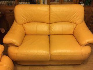 Sofá de dos plazas de piel amarillo