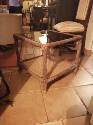 mesa rinconera de mimbre