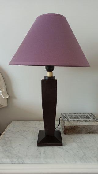 Lámpara con pié de madera y tulipa de tela
