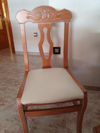 mesa y cuatro sillas en madera maciza.