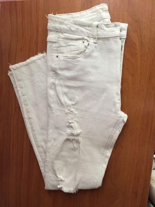Pantalones blancos rotos