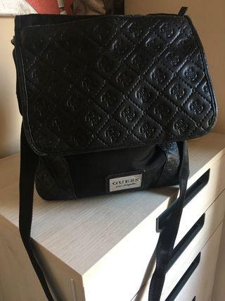 Bolso negro de la marca Guess autentico