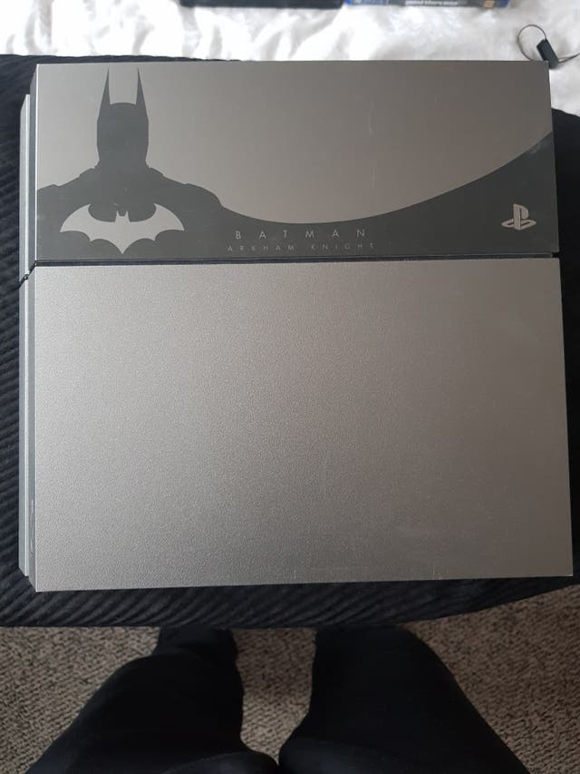 PS4 arkham edition+Cooling station+10 games+3 pads