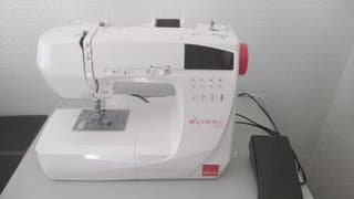 Máquina de coser blanca marca Elna