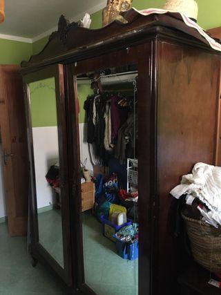 Armario ropero antiguo con dos espejos