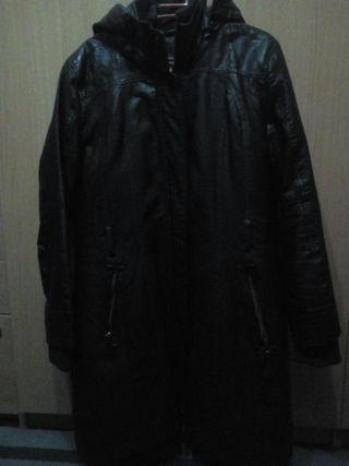 abrigo de piel con capucha