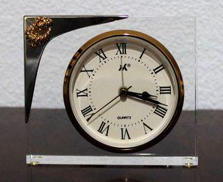Reloj de mesa transparente y dorado
