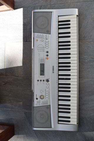 Piano Yamaha Portatone Electric Keyboard