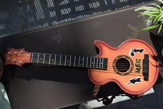 Guitarra de plástico