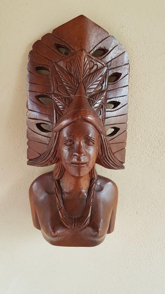 Busto de madera.