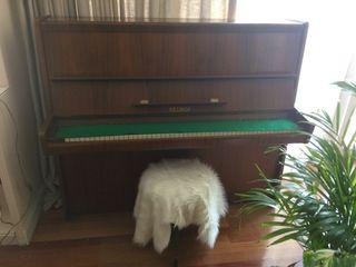 Piano PETROF.