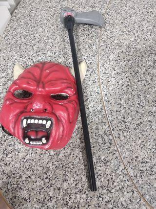 Máscara y hacha para carnaval.