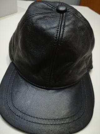 gorra cuero con orejeras.