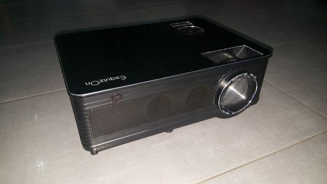 Proyector ExquizOn LCD 3500 lúmenes.