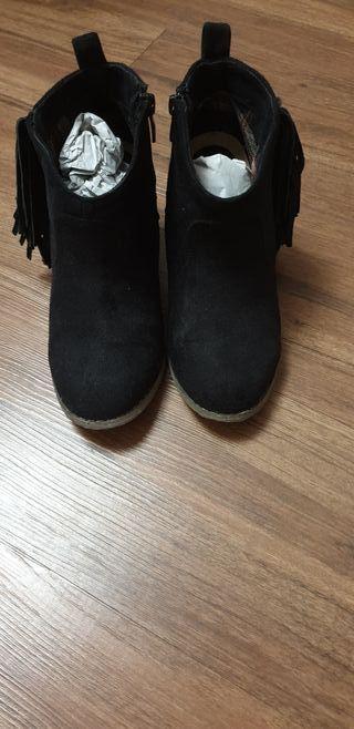 Botines con flecos en negro