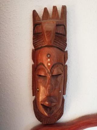 2 Máscaras artesanales en madera .