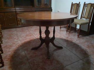 Mesa y sillas salón de estilo antiguo