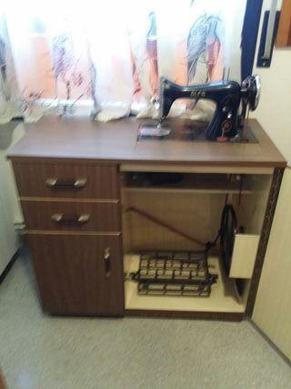 máquina de coser y mueble