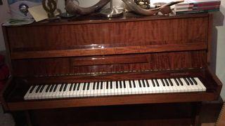 Piano con taburete