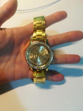 Reloj dorado con strass