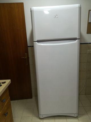 frigorífico marca Indesit de 70 cm de ancho,