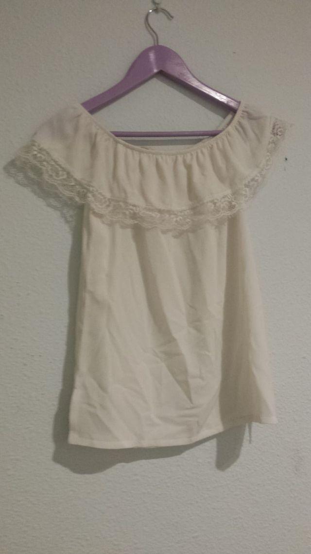 Camiseta blanca de hombros