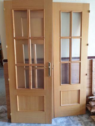 Puertas de madera con marcos y embellecedores
