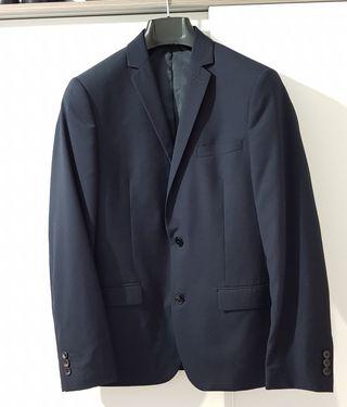 Se vende traje con muy poco uso.