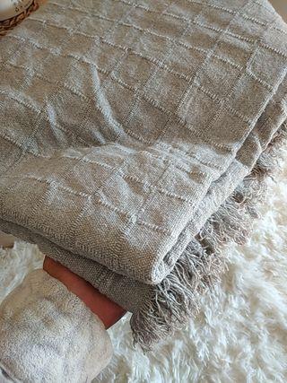 colcha, plaid o cubresofa gris