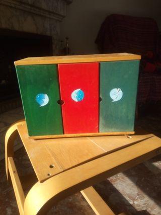 armario de madera de juguete