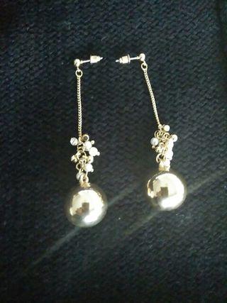 Pendientes largos dorados con perlitas