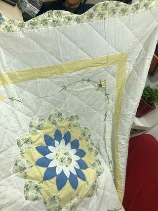 Delicada colcha cubrecama con fundas almohada