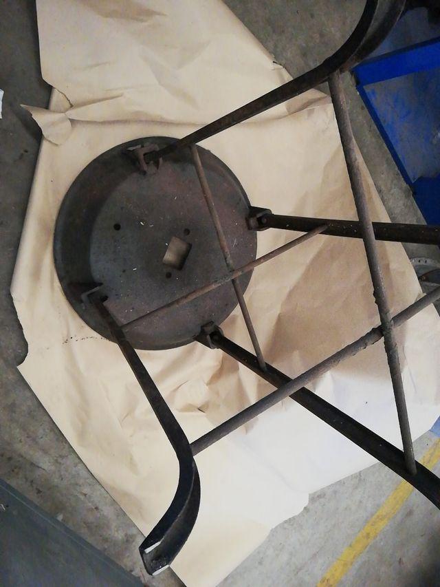 conjunto de fragua y tornillo antiguos para forjad