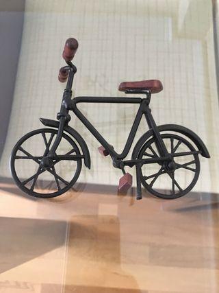Bicicleta casa de muñecas.-