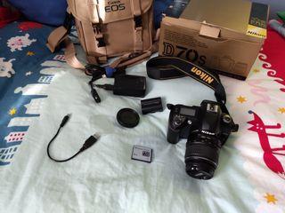 Cámara réflex Nikon D70s con objetivo 18-70
