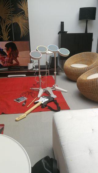 wii rockband con guitarra, micrófono, batería y CD