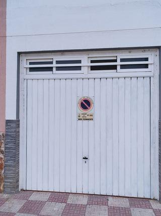 puerta garaje con ventanas