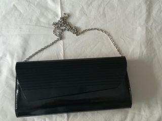 Bolso negro tipo cartera con cadena
