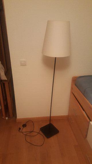 Lampara de Pie. Negra. Ikea