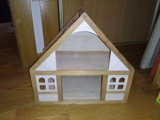 casita madera con muebles y muñecos