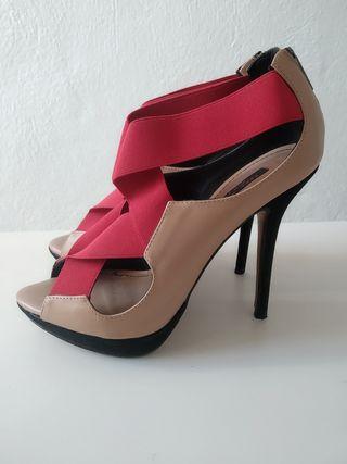 Zapatos de tacón color nude con gomas rojas ZARA