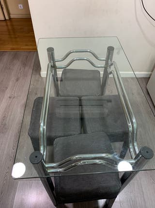 Mesa de cristal y taburetes
