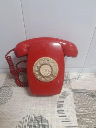 Teléfono antiguo rojo de colgar