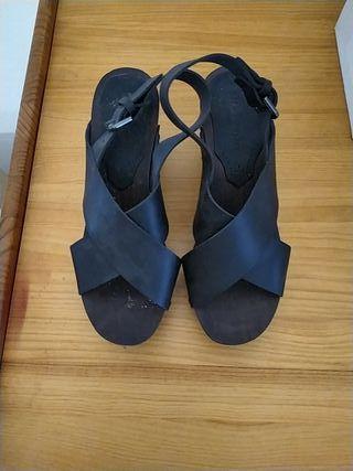 sandalia negra suela madera