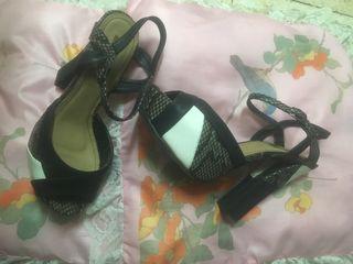 Sandalia negra y blanca de plataforma y tacón algo