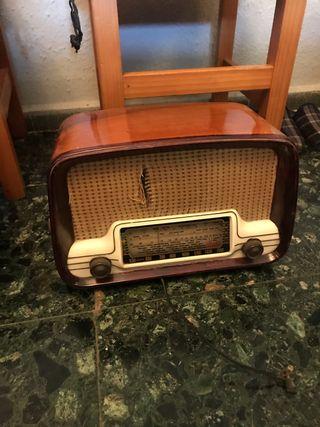 Se venden dos radios y dos maquinas de escribir