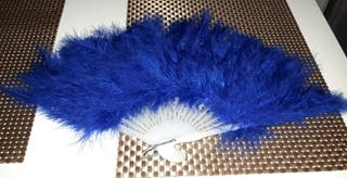 abanico azul de plumas