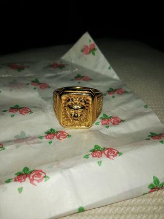 se vende anillo dorado de león